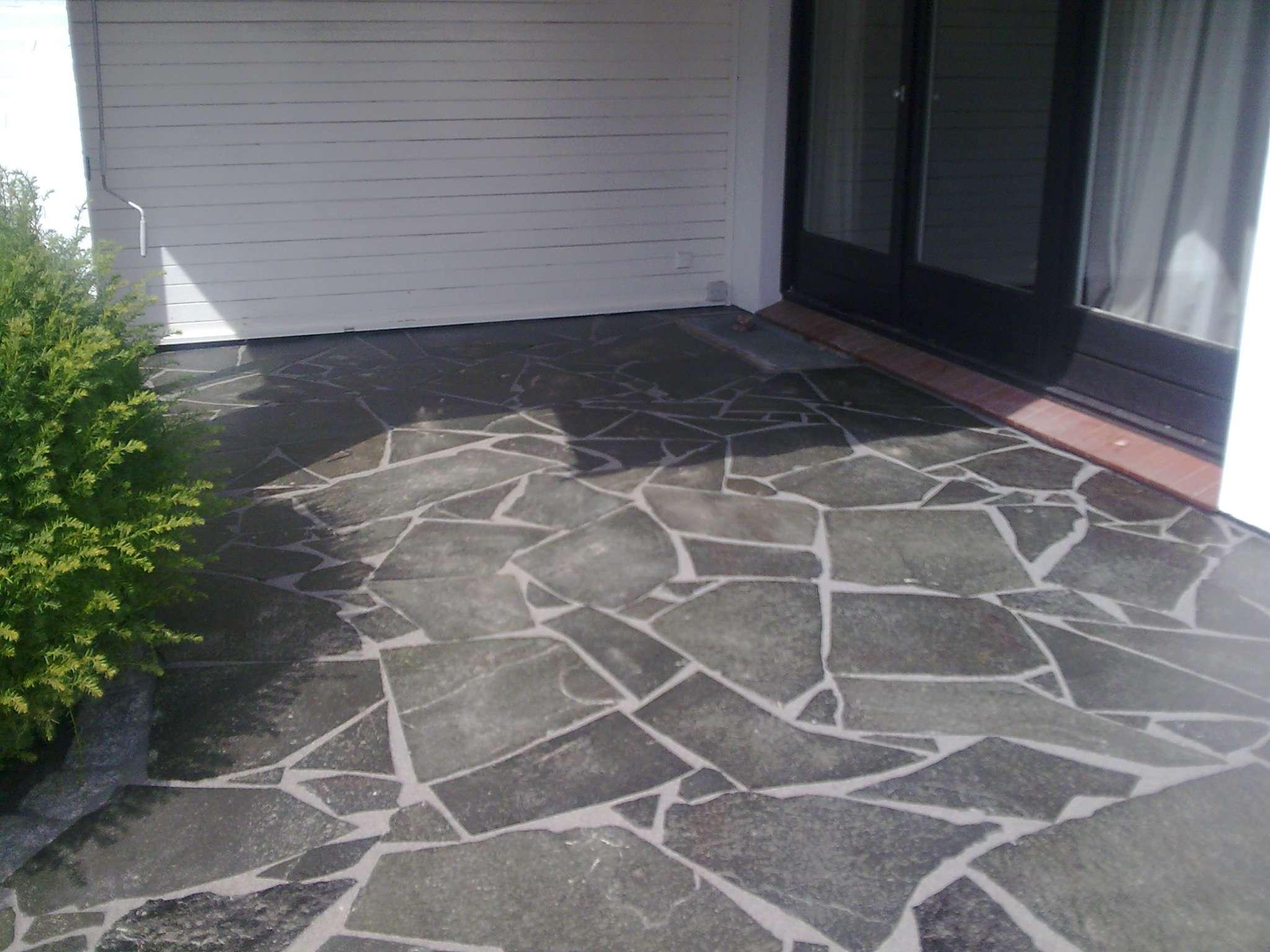 Weg und terrasse mit polygonalplatten righini garten for Gartengestaltung hauseingang